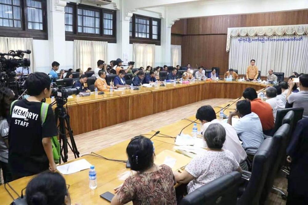 ရန္ကုန္တိုင္းဝန္ႀကီးခ်ဳပ္ တာေမြ(ယာယီ)ေဈးအား အဆင့္ျမင့္ေဈး တည္ေဆာက္ျခင္း လုပ္ငန္းႏွင့္ ပတ္သက္၍ ေဈးသူ၊ ေဈးသားမ်ားႏွင့္ ေတြ႕ဆုံ - Property News in Myanmar from iMyanmarHouse.com